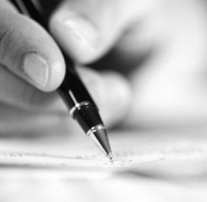 mano escribiendo- escribir un libro de cuentos- bubok