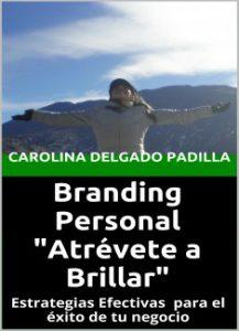 Branding personal. Una mujer joven con los brazos abiertos